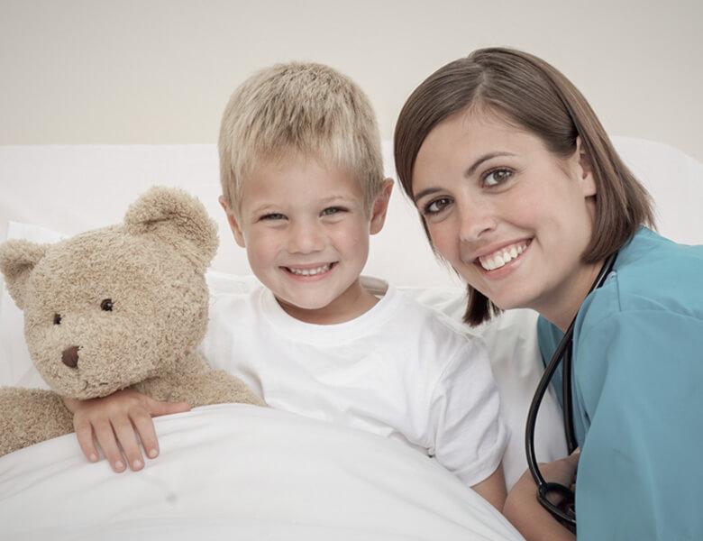 Zadowolony chłopiec u lekarza