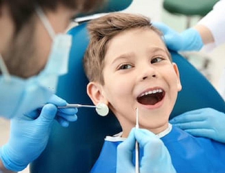 Dziecko podczas zabiegu stomatologicznego u dentysty